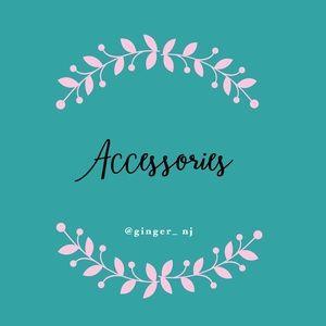 Accessories - əkˈses(ə)rē